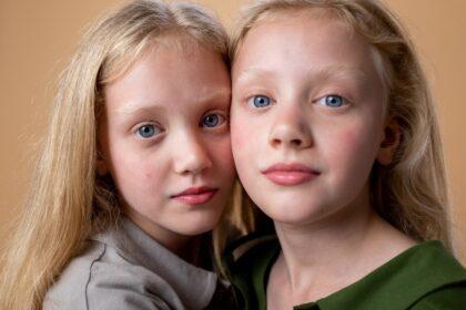 """15. Februar - Međunarodni dan dece obolele od raka Svake godine u svetu preko 400 000 dece oboli od neke maligne bolesti. Prema statistikama međunarodnih organizacija, rak je i najčešći uzrok smrti među decom i tinejdžerima. U Srbiji od malignih bolesti svakog dana oboli jedno dete a na godišnjem nivou, preko 50 mališana izgubi život od nekog oblika raka. U najčešće oblike maligniteta kod najmlađe populacije spadaju leukemija, limfomi, tumori mozga i neuroblastom. Kako bi kontrola i uspešno lečenje bili valjano sprovedeni, potrebni su svi raspoloživi resursi i edukacija na svim društvenim nivoima. Za razliku od malignih bolesti u odrasloj populaciji, rak kod dece ima daleko veću stopu izlečenja ukoliko se pravovremeno dijagnostikuje i ako se primeni najadekvatnija terapija. Upravo iz tog razloga, međunarodne organizacije, udruženja roditelja i građana, vladine i nevladine organizacije žele da podignu svest o ovom problemu i podvuku značaj adekvatnog pristupa u ranoj i preciznoj dijagnostici maligniteta kod dece i tinejdžera. U svetu se Međunarodni dan dece obolele od raka obeležava od 2002.a Srbija je ovaj datum uvrstila u nacionalni Kalendar javnog zdravlja 2013.godine. Od tada se svake godine u našoj zemlji, pod okriljem Ministarstva zdravlja, Institutom za javno zdravlje Srbije """"Dr Milan Jovanović Batut"""", i Udruženja roditelja, radi na pomretanju društvene zajednice i podjednakom omogućavanju svoj oboleloj deci da, nezavisno od svog materijalnog statusa i mesta prebivališta, dobiju kvalitetan i adekvatan medicinski tretman. Inicijatori ove kampanje imaju za cilj da se u narednoj deceniji dvostruko smanji broj smrtnih ishoda kod dece obolele od malignih bolesti."""